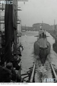 Fot. 6 ORP Orzeł tuż po zjeździe z pochylni w czasie wodowania 15 stycznia 1938 r. w stoczni Vlissingen