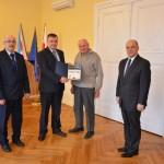 Starosta Drawski Stanisław Kuczyński wręcza Certyfikat Uczestnictwa w Akcji Jezioro Tajemnic dla Wiesława Krzywickiego