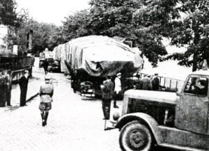 fot. 2 Transport samochodowy zamaskowanego okrętu podwodnego
