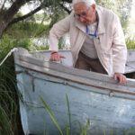 Marek Halter podczas oględzin szalupy