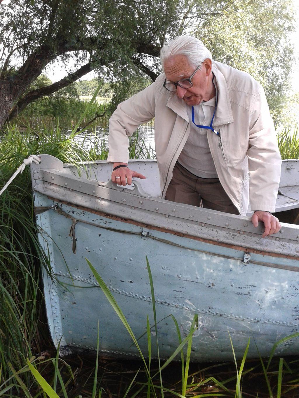 1 Marek Halter podczas oględzin szalupy
