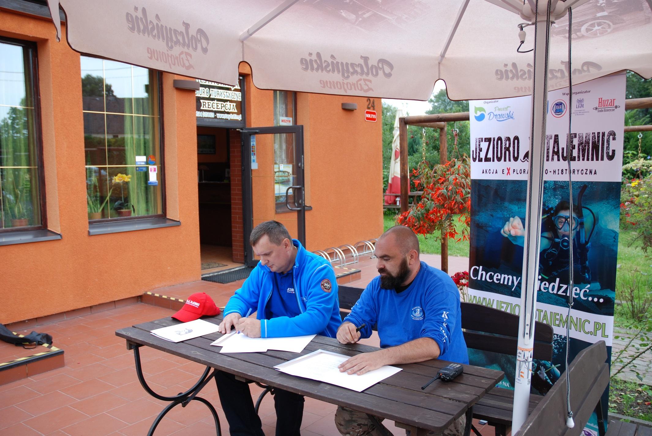 Podpisanie deklaracji sponsorskiej przed restauracją Stary Drahim