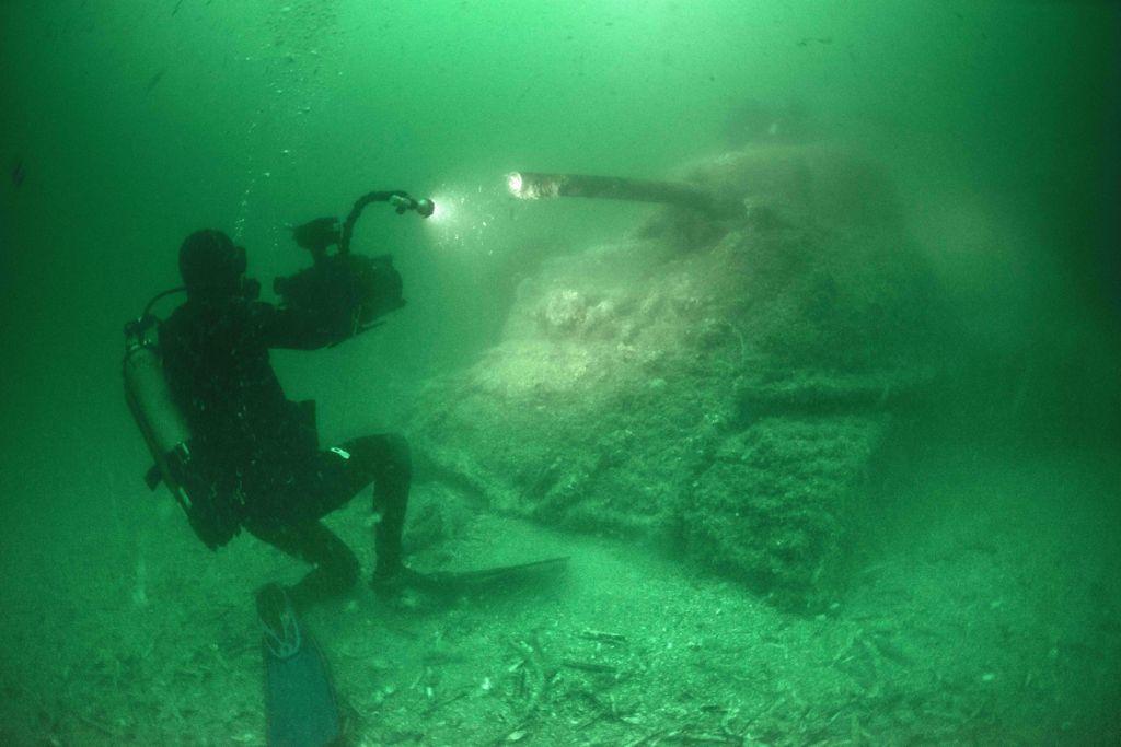 wrak czołgu pod wodą