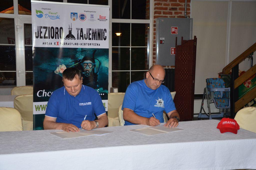 Podpisanie deklaracji sponsorskiej Starosta Stanisław Kuczyński i Grzegorz Forysiak