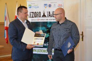 1 Wręczenie Certyfikatu uczestnictwa w Akcji. Po lewej Starosta Stanisław Kuczyński, po prawej Michał Uliński (Sławogród)