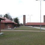 Dwie wieże w jednostce wojskowej w Budowie - obecnej części Złocieńca. Zmniejszające się w perspektywie latarnie przez porównanie pozwalają ocenić rozmiary wież.