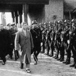 Książę Edward VIII Windsor i Robert Ley zwiedzający ośrodek pod Złocieńcem w 1937 roku. Źródło: Wikipedia.