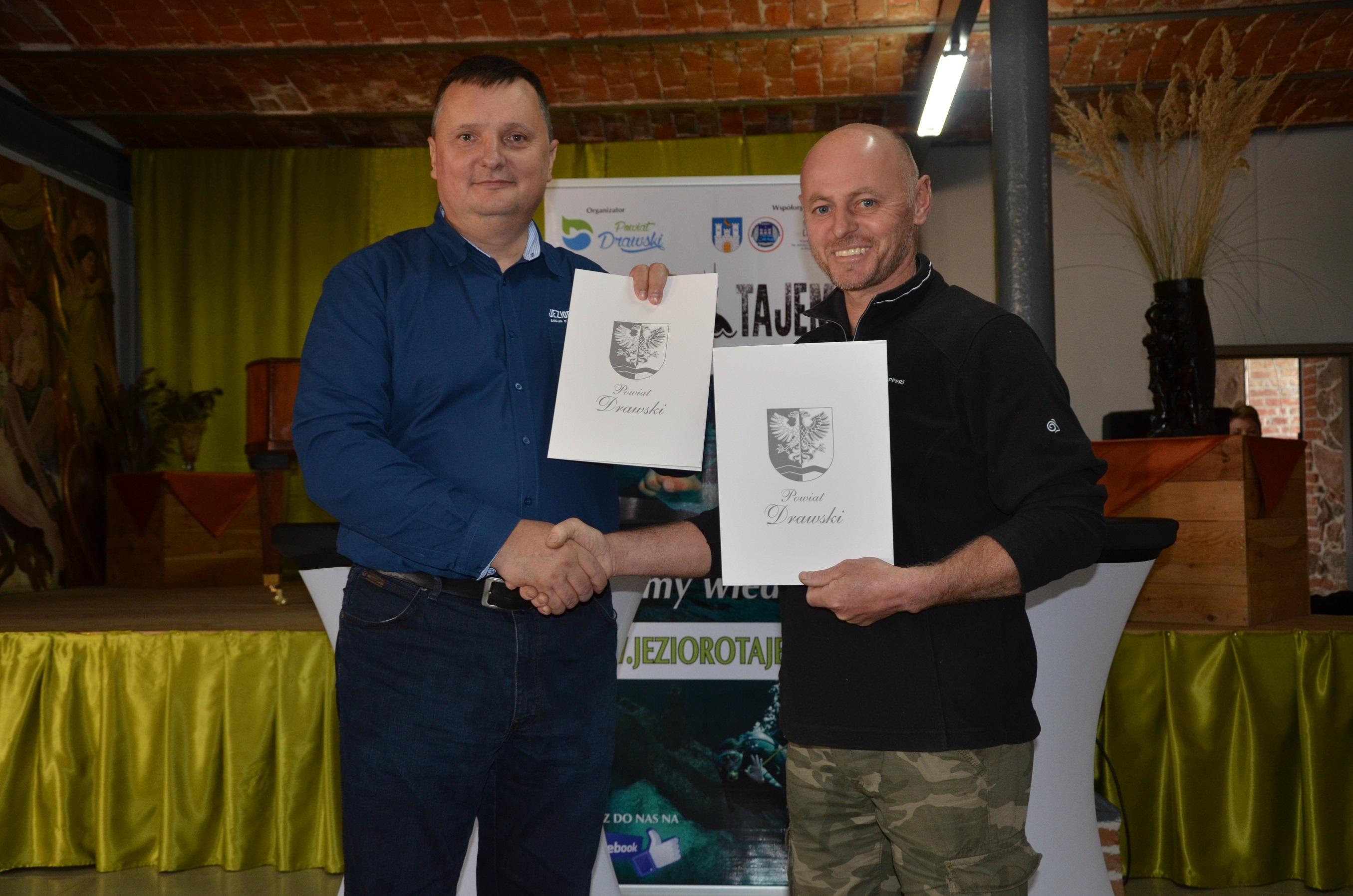 Starosta S. Kuczyński i p. Makowski tuż po podpisaniu porozumienia