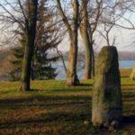 Zagadkowy obelisk w małym parku w Czaplinku