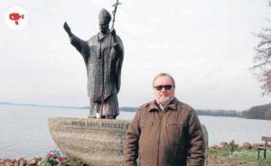 Jerzy Hojdys przy pomniku papieskim nad jeziorem Drawsko w Czaplinku
