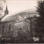 Kościół w Siemczynie z kaplicą. Widoczne drzwi do kaplicy