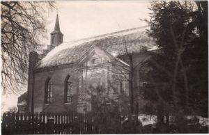 1 Kościół w Siemczynie z kaplicą. Widoczne drzwi do kaplicy