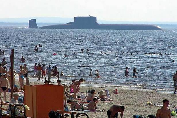 Zrobione z plaży w Siewierodwińsku zdjęcie okrętu Tajfun. Źródło gadzetomania.pl