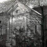 Międzywojenne zdjęcie kaplicy rodziny von der Goltz. Widoczne są drzwi wejściowe, które zostały po II wojnie światowej zamurowane.