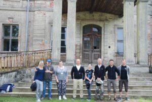 Ekipa poszukiwawcza przed Pałacem Siemczyno