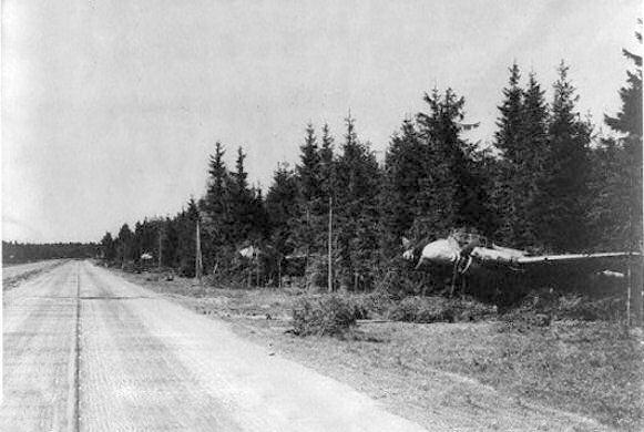 Niemiecki ciężki myśliwiec Junkers Ju 88 zamaskowany w pobliżu DOL wiosną 1945 r.