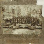 Na zdj.: Zagadkowa fotografia znaleziona w starych zabudowaniach w pobliżu jeziora Drawsko. Kogo przedstawia?