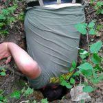 Poszukiwacz zagląda do podziemnej jamy