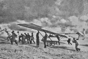 1 Hans Rach i jego szybowiec na wydmach w pobliżu Łeby. Zdjęcie pochodzi z książki J. Leszczełowskiego opisanej w tekście