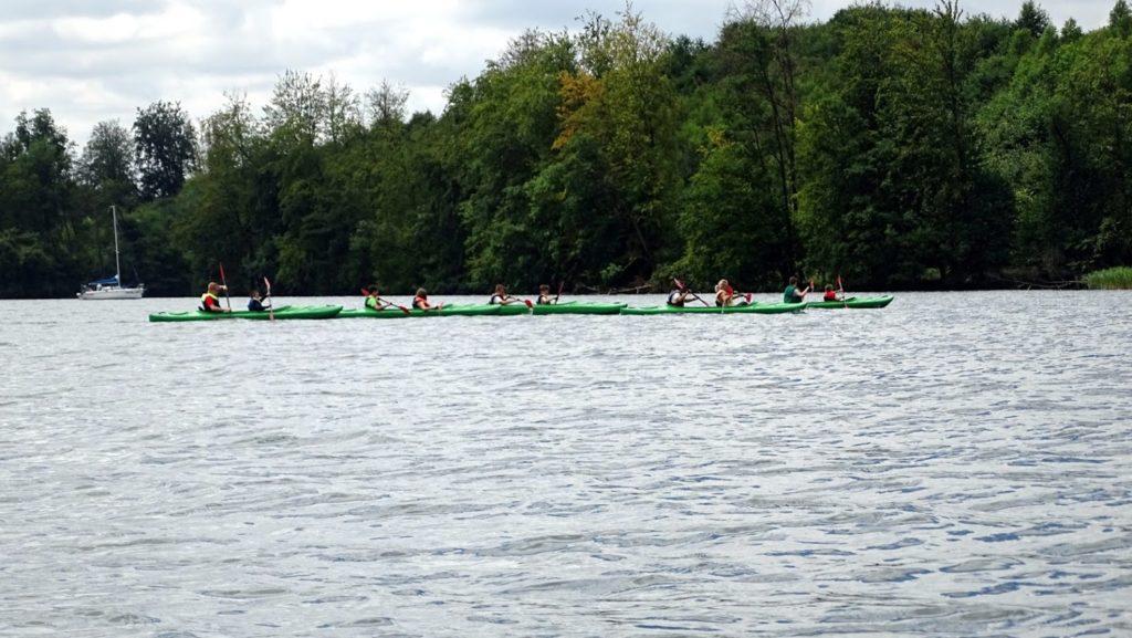 Na wodzie spory ruch - zawody kajakowe, na wszelki wypadek ładuję akumulator do pełna płynąc nieco wolniej, bo przed nami skok przez jezioro (2km) przy dość dużej fali.