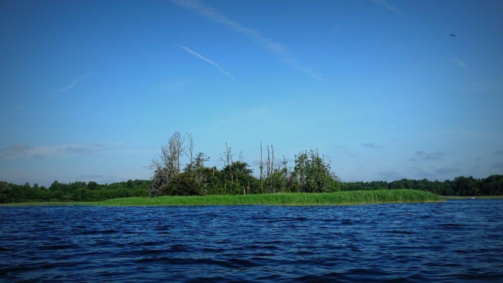 Mijamy od południa Wyspę Bielawę a zaraz potem Wyspę Samotną.
